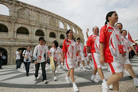 图文-奥运圣火在澳门传递 火炬手陆续进入会场