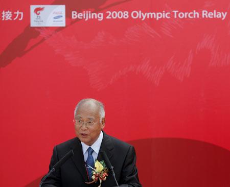 图文-奥运圣火在澳门传递 何振梁代表罗格发言