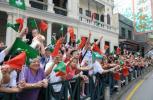 图文-奥运圣火在澳门传递澳门民众沿街助威传递