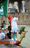 图文-奥运圣火在澳门传递 彭芷珊在龙舟上进行传递