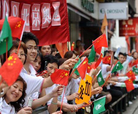 图文-奥运圣火在澳门传递 观看圣火传递观众尽开颜