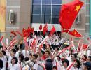 图文-奥运圣火在澳门传递观众热情挥舞五星红旗
