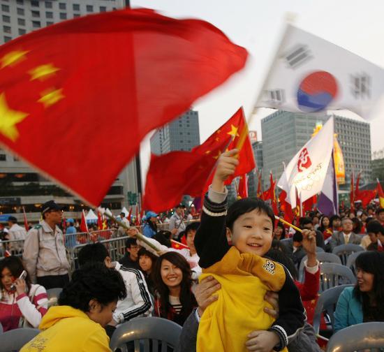 图文-圣火境外传递回顾之中国元素 中韩激情万丈