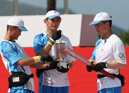 图文-北京奥运圣火三亚起跑仪式 用火种点燃火炬