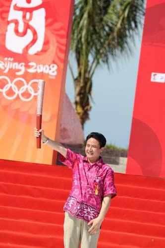 图文-北京奥运圣火三亚起跑仪式 罗保铭举起火炬