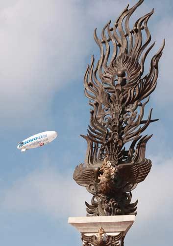 图文-北京奥运圣火三亚起跑仪式 飞艇也来助阵