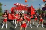 图文-可口可乐啦啦队助阵火炬传递 队员激情舞蹈