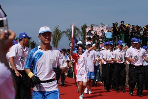 图文-北京奥运圣火在三亚传递 杨扬起跑开始传递