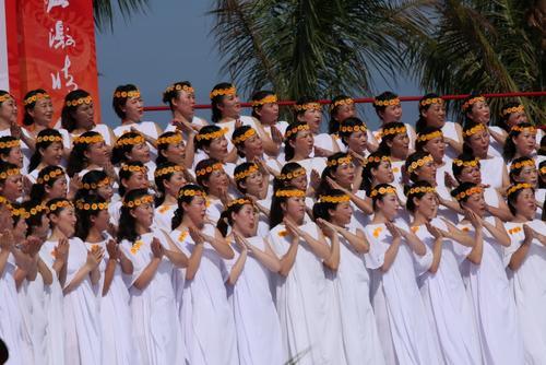 图文-北京奥运圣火在三亚传递 司礼现场演唱歌曲