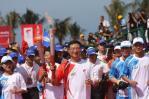 图文-北京奥运圣火在三亚传递 李礼辉相当沉稳