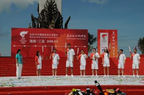 图文-北京奥运圣火在三亚传递 火炬手现场亮相