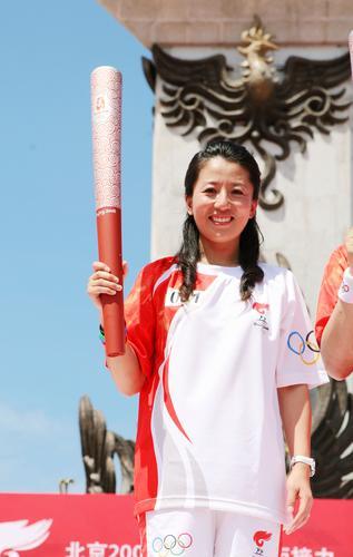 图文-北京奥运圣火在三亚传递 大杨扬微笑迷人