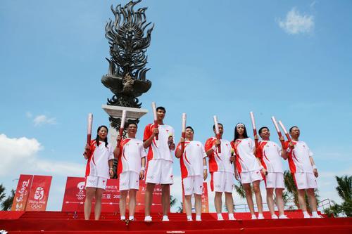 图文-北京奥运圣火在三亚传递 让我们一起出发