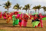 图文-北京奥运圣火在三亚传递 民众秧歌欢庆场面