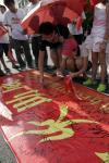 图文-北京奥运圣火在三亚传递 群众纷纷签名留念