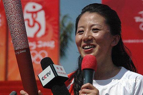 图文-北京奥运圣火在三亚传递 杨扬骄傲成为首棒
