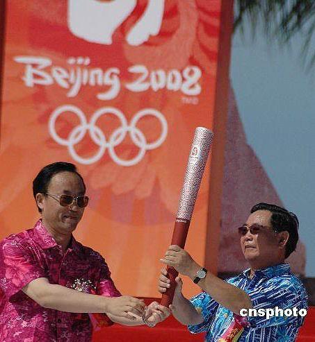 图文-北京奥运圣火在三亚传递 海南火炬传递启动