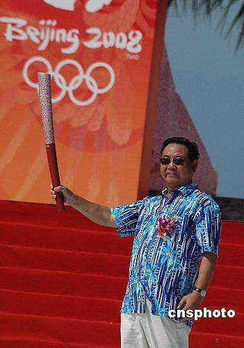 图文-北京奥运圣火在三亚传递 卫留成展示圣火
