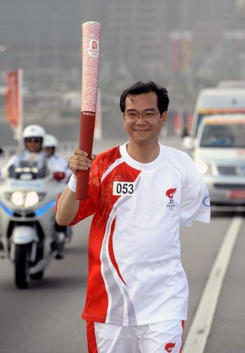 图文-奥运圣火在澳门传递 罗权汉在传递火炬