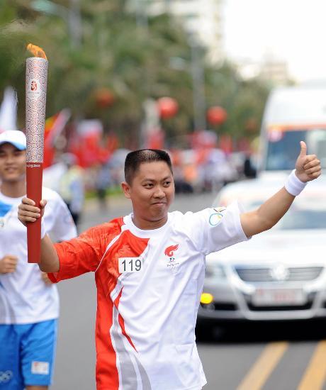 图文-2008北京奥运圣火在海口传递可爱火炬手