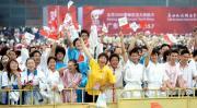 图文-北京奥运圣火在广州传递 国旗五环旗交相辉映