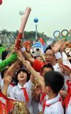 图文-北京奥运圣火在广州传递 小学生一睹祥云芳容