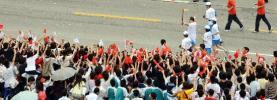 图文-北京奥运圣火在广州传递 广州市民夹道欢迎