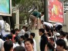 图文-北京奥运圣火在广州传递 助威也要注意安全