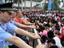 图文-北京奥运圣火在广州传递 大家翘首以待