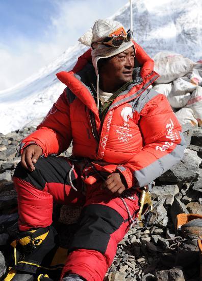 图文-圣火珠峰登顶道路修建完成 眼中充满期待