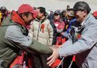 图文-珠峰大本营举行庆祝活动 与尼玛次仁握手