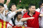 图文-北京奥运圣火在汕头传递 翘首以待圣火到来