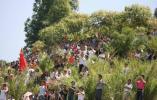 图文-北京奥运圣火在泉州传递 草丛中群众激情呐喊