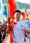 图文-北京奥运圣火在厦门传递最后一棒吉新鹏前进
