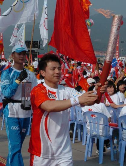 图文-奥运会火炬在龙岩传递 张湘祥跑出第一棒