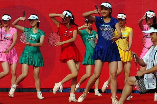 图文-奥运会火炬在龙岩传递 姑娘青春靓丽参加表演