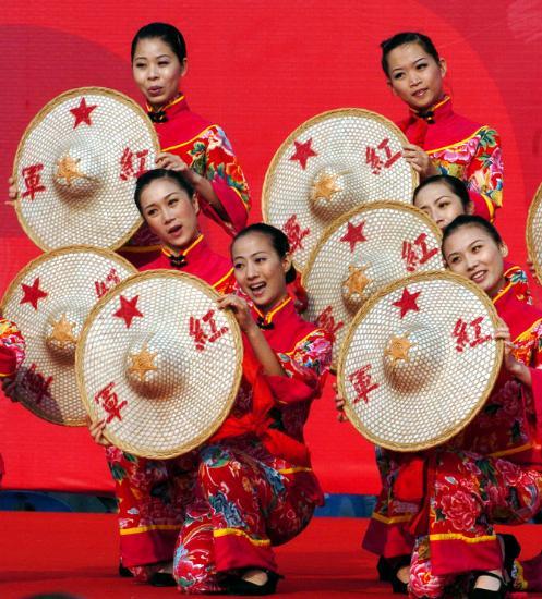 图文-北京奥运圣火在龙岩传递 起跑仪式上的表演