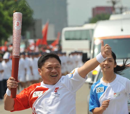 图文-2008年奥运会火炬在龙岩传递 严明:我最棒