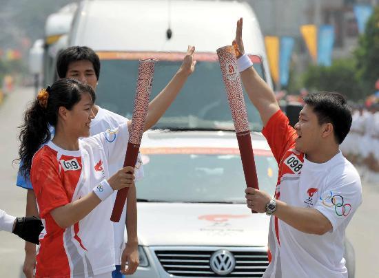 图文-2008年奥运会火炬在龙岩传递 万丽英交接火炬