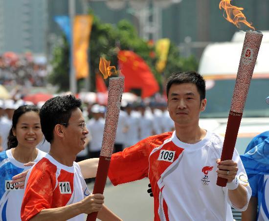 图文-2008年奥运会火炬在龙岩传递 方辉陈文贤交接