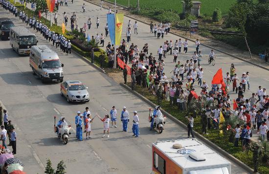 图文-2008年奥运会火炬在龙岩传递 激情交接火炬