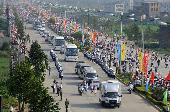 图文-北京奥运圣火在龙岩传递 壮观的圣火传递车队
