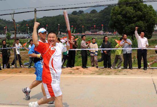 图文-北京奥运圣火在龙岩传递 林禄元举起强力臂膀