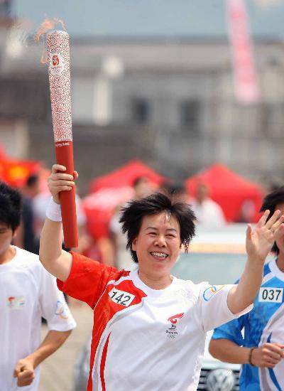 图文-北京奥运圣火在龙岩传递 郭金兰显的无比激动