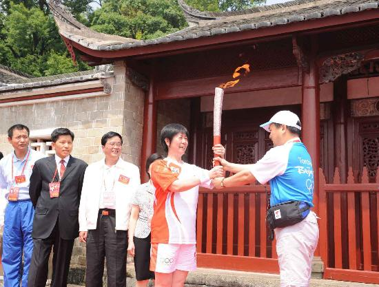 图文-北京奥运圣火在龙岩传递 接过火炬无比兴奋