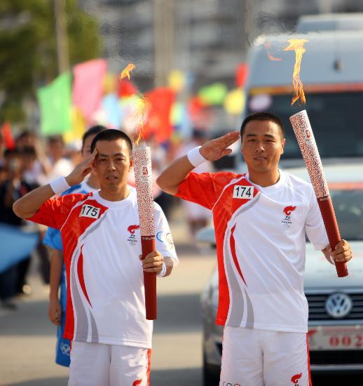 图文-北京奥运圣火在龙岩传递 用敬礼完成火炬交接