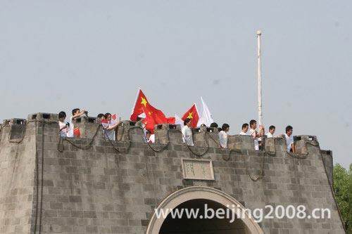 图文-北京奥运圣火在嘉兴传递 南湖边的热情市民