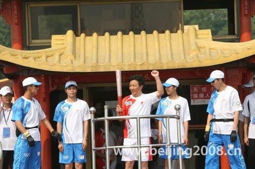 图文-北京奥运圣火在嘉兴传递 游船上展示火炬