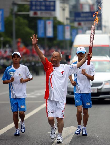 图文-北京奥运圣火在宁波传递 传递圣火很开心