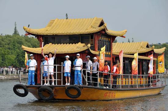 图文-北京奥运圣火在嘉兴传递 火炬手乘船传递